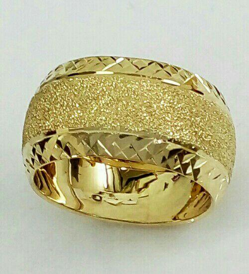 טבעת נישואין זהב 14K על רקע נצנץ מלא ועיטורי חריטות יהלום בצדדים (4075)