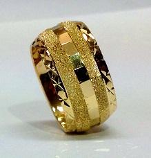 טבעת נישואין זהב 14K עם שברי מראה באמצע ברקע נצנץ ועיטורי חריטת יהלום בצדדים (4085)
