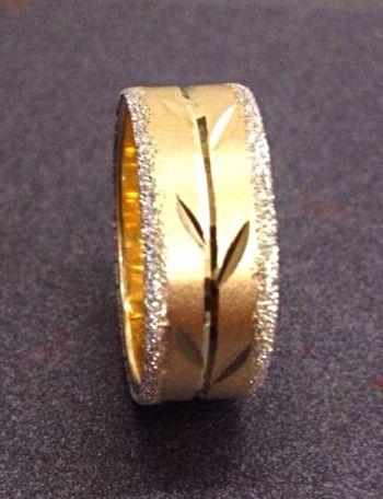 טבעת נישואין זהב עם ציור עלים בחריטה זהב לבן וצהוב (4335)