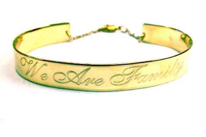 צמיד זהב פלטה עם חריטה אישית רוחב 9 מ״מ פתוח מאחור ומנעול בטיחות
