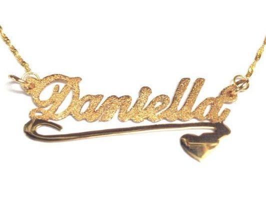 שרשרת שם זהב באנגלית על רקע נצנץ וקו תחתון עם לב על רקע חלק מבריק