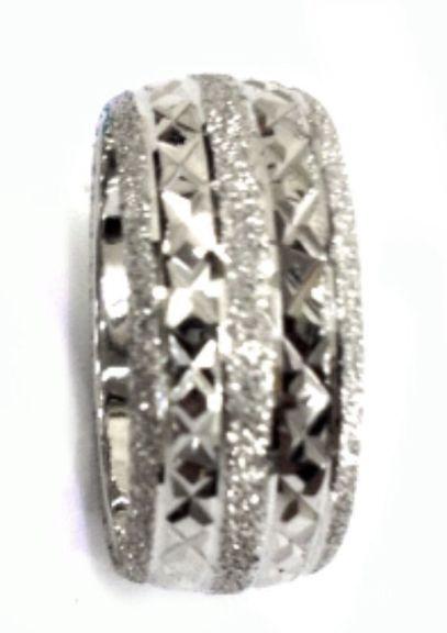טבעת זהב לבן עם חריטה של שתי שורות איקסים וקוי הפרדה על רקע נצנץ (4180)