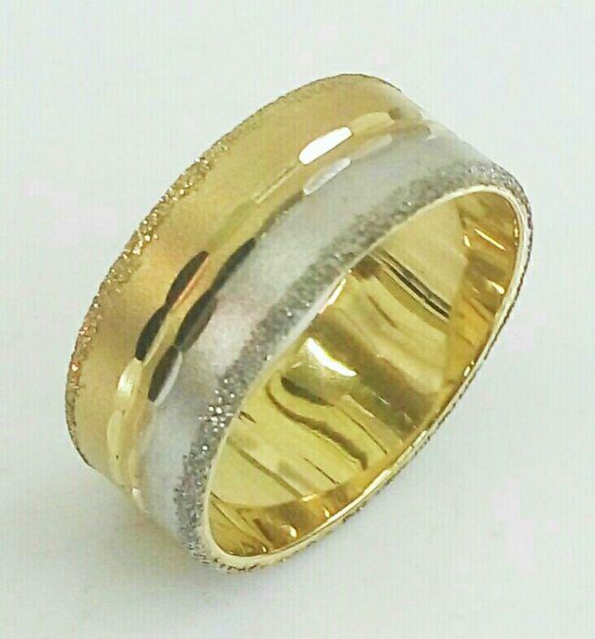 """טבעת נישואין זהב רוחב 8 מ""""מ מחולקת חצי לבן חצי צהוב עם חריטות יהלום (4350)"""