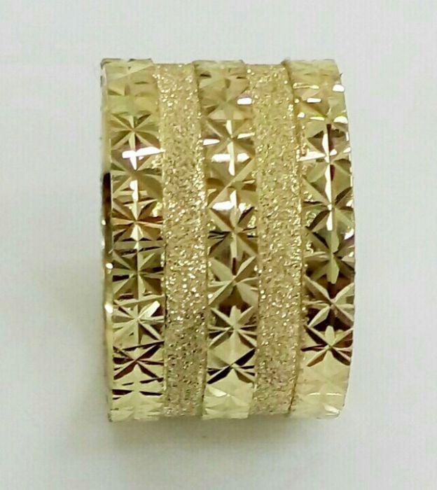 """טבעת נישואין שטוחה רוחב 12 מ""""מ עם שורות כוכבים והפרדה בנצנץ (4340)"""