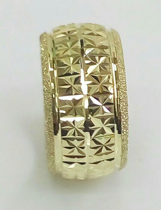 """טבעת נישואין רוחב 10.5 מ""""מ עם חריטה בחיתוך יהלום ונצנץ בצדדים (4345)"""
