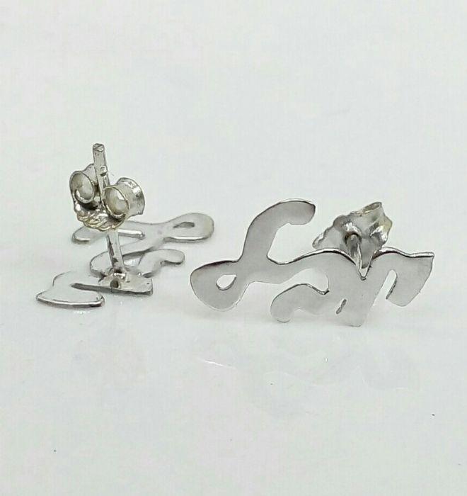 זוג עגילים עם שם בעיצוב אישי בזהב לבן בעברית צמודים לאוזן