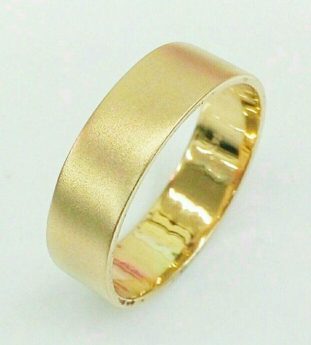 טבעת נישואין זהב חלקה עם רקע מט עדין (4530)