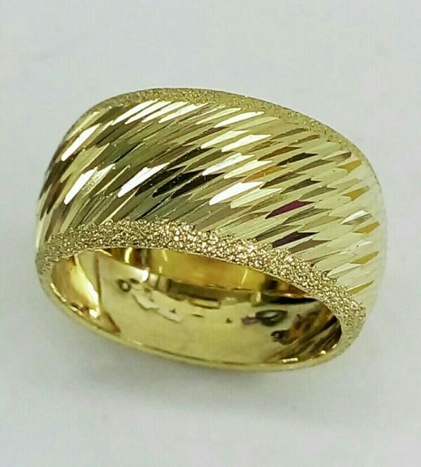 """טבעת נישואין לאישה עם חריטה וקנטים נצנץ ברוחב 10.5 מ""""מ (4021)"""