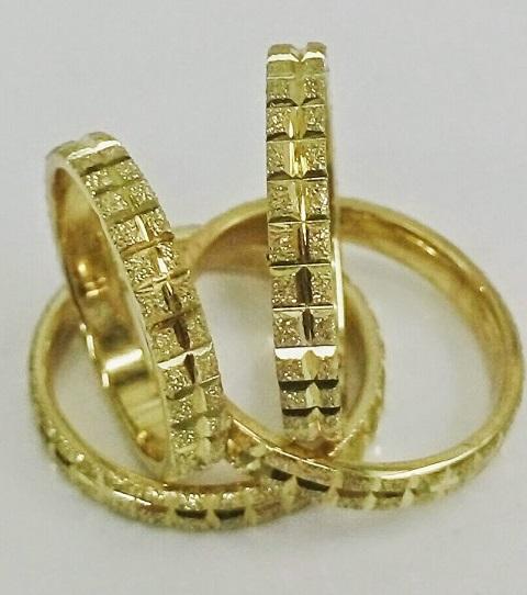 """טבעת נישואין בזהב צהוב קוביות רוחב 3 מ""""מ (4376)"""