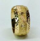 טבעת נישואין זהב 14K עם כוכבים על רקע נצנץ מלא ועיטורי חריטות יהלום בצדדים (4080)
