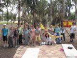 תמונה קבוצתית של ילדים בחגיגת יום הולדת הישרדות ביער בראשית שבתל אביב