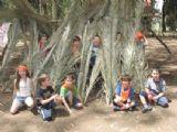 ילדים משחקים בבית הקטן מעץ שהם בנו בפעילות הגיבוש לילדים
