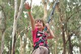 תנו לי יד ! ילדה מנסה לעבור את מסלול המכשולים של קיר הטיפוס ביער בראשית שבתל אביב, המקום המושלם לימי כיף וגיבוש של ילדים וקייטניות