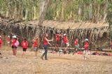 ילדים ביום כיף ביער בראשית, עוברים את גשר החבלים.