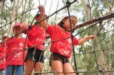 ילדים חוצים גשר חבלים ביום כיף אתגרי באתר האטרקציות האתגריות יער בראשית שבתל אביב
