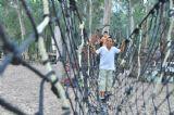 לעבור בזהירות ובחכמה את גשר החבלים במסיבות סיום לבתי ספר ביער בראשית, המקום המושלם לאטרקציות לבתי ספר
