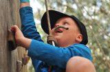 ילדים על קיר טיפוס בפעילות מתנסים עם ההורים