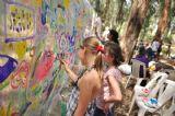 עוד תמונה של ילדים מציירים על קיר ציור ביום כיף ביער בראשית