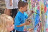 קטנטנים מציירים בפעילות של קיר ציור ביער בראשית