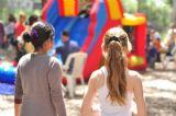 יום כיף לילדים עם מסלולים הכוללים מתנפחים ופעילות אתגרית המשלבת אטרקציות של מתנפחים