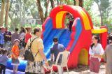 ילדים נהנים בפעילות תחרותית של יום כיף עם מתנפחים