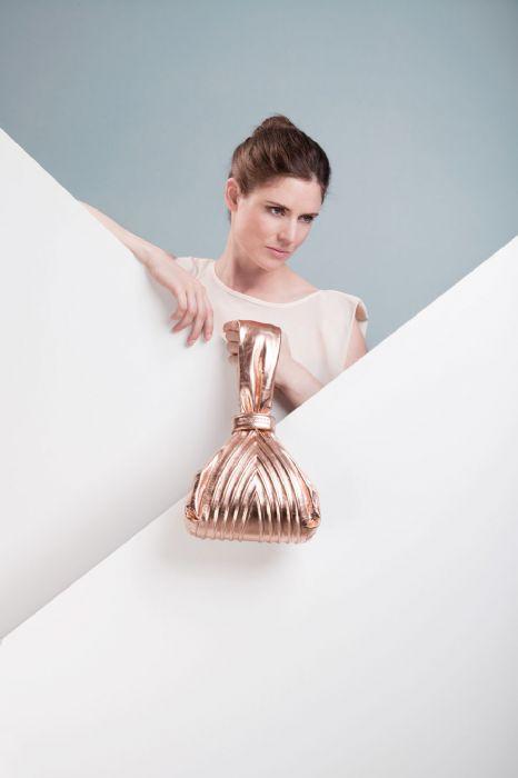 תיק פאוצ' מעור בעיצוב מפוסל ויחודי מבית גרטשן שזכה  בפרס העיצוב הגרמני