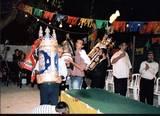 רוקדים בחצר בית הכנסת עם ספרי התורה