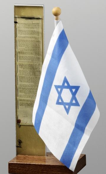 מעמד שולחני עם דגל ישראל ומגילת העצמאות