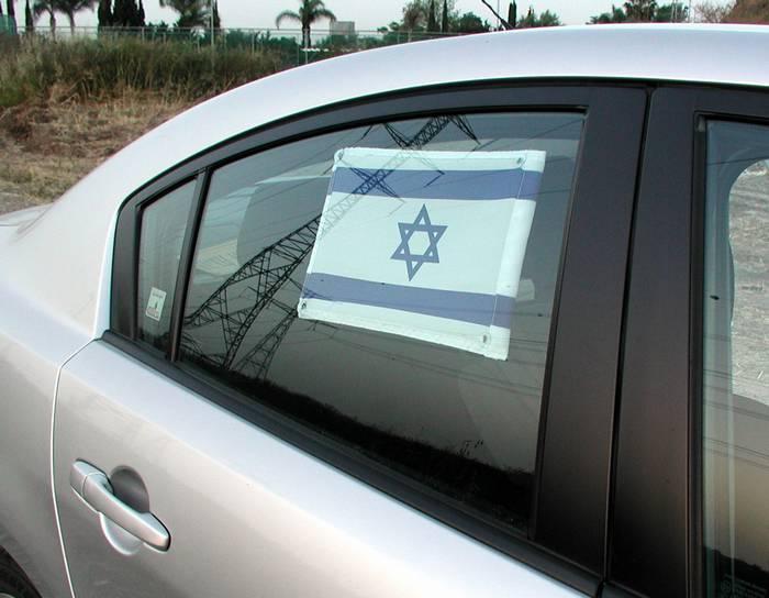 דגל נצמד לצד חלון הרכב