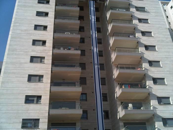 מכירת דגל ישראל לבניין מגורים