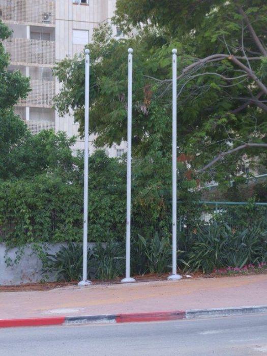 התקנת 3 תרני פלדה בכיכר השוטר ברחובות