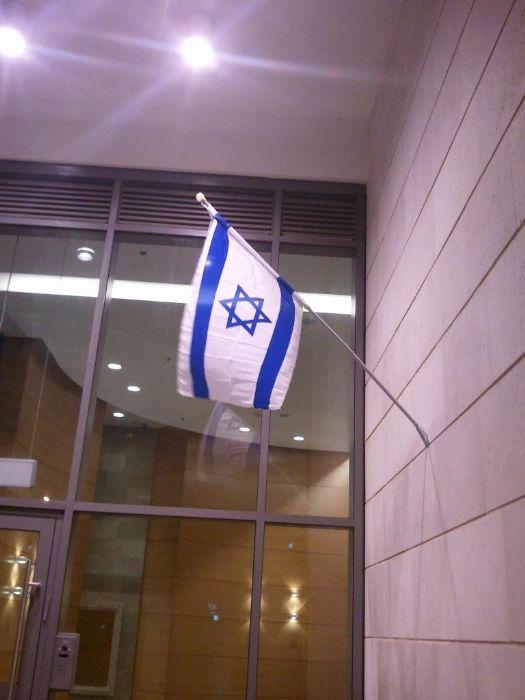 ערכת דגל עם מוט מתפרק והתקן לתלייה על קיר