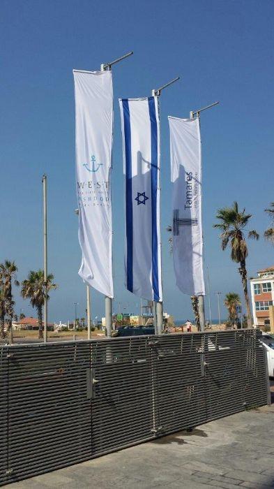 מתקן לפריסת דגל אנכי במלון ווסט