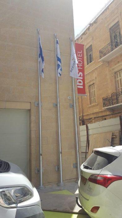 תורן אלומיניום קוני בגובה 6 מטר התקנה במלון איביס ירושלים