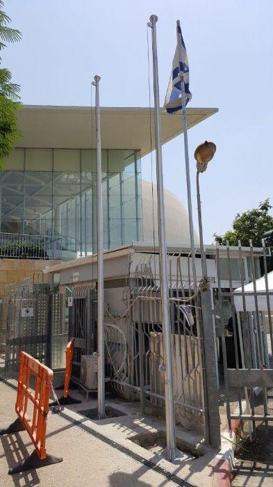 תורן אלומיניום קוני בגובה 6 מטר התקנה בשער 4 באוניברסיטה תל אביב