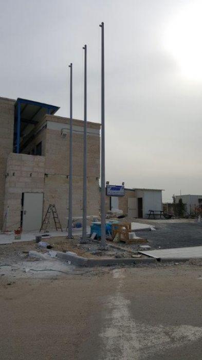 תחנת משטרת גיסר א זרקא התקנת תרני פלדה קוני בגובה 8 מטר