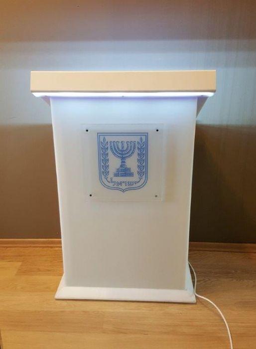 דוכן נואמים מפואר מפרספקס לבן עבור שבס , כולל תאורת לד ותאורה על הסמל