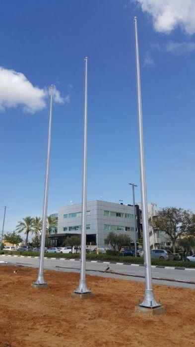 תורן אלומיניום קוני בגובה 10 מטר עם בסיס מיציקת אלומיניום התקנה בחברת שסטוביץ בקיסריה