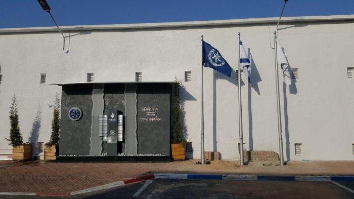 תורן פלדה קוני בגובה 5 מטר התקנה בסמוך לקיר זכרון בסיס משטרת ישראל בית דגן