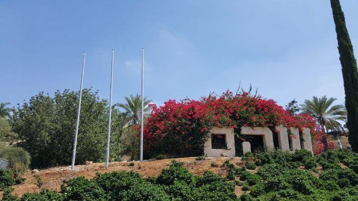 תורן פלדה קוני בגובה 8 מטר התקנה בכניסה הדרומית לשוהם 