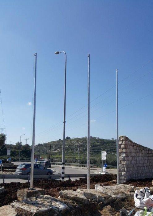 תורן פלדה קוני בגובה 8 מטר התקנה בכניסה לקדומים