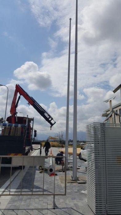 טרמינל סנטר אור יהודה תורן אלומיניום 10 מטר עם דגל 2 על 2.6 מטר התקנה על משטח בטון כולל רוזטות