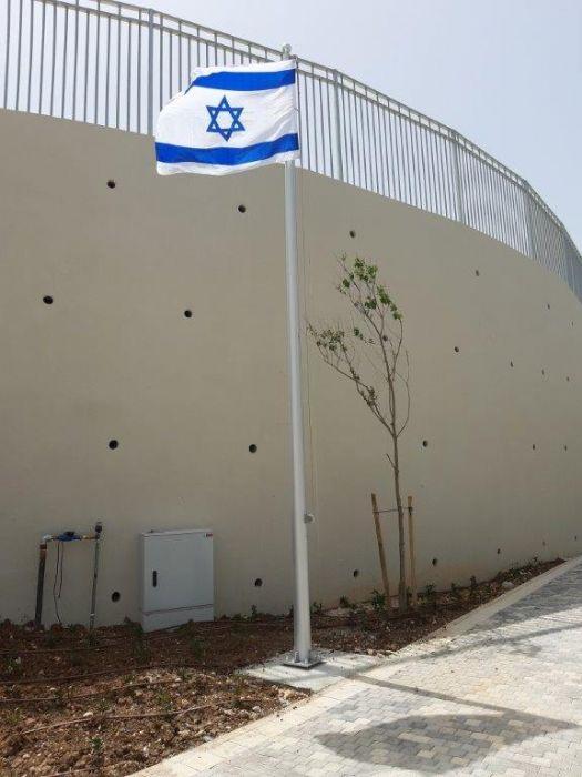 תורן אלומיניום בגובה 6 מטר התקנה בבית ספר תיכון חוגים בחיפה