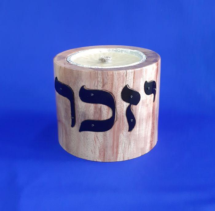 צלחת נר יזכר על בסיס עץ אזדרכת ואותיות מתכת