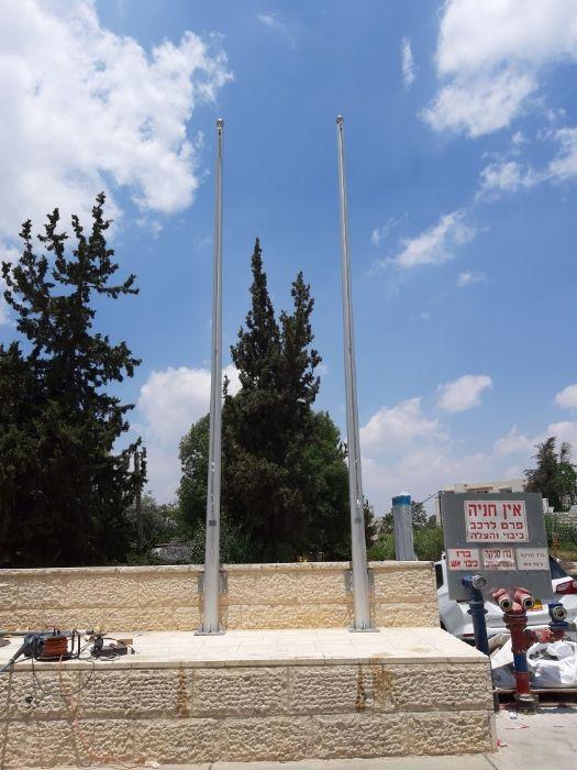 תורן אלומיניום קוני בגובה 6 מטר התקנה עם פלטות חיבור לקיר בבית כדורי תלפיות ירושלים