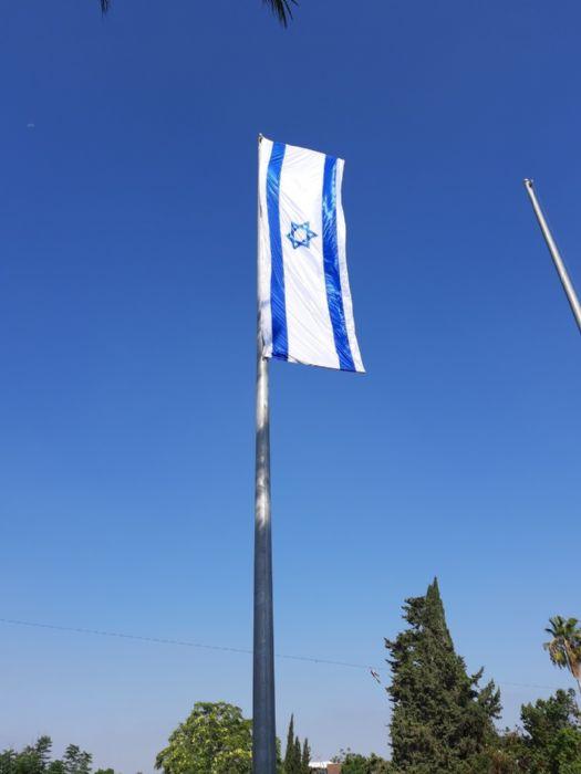דגל בגודל 6*1.8 מטר עם התקן לפריסה ומוטות פיברגלס - התקנה על תורן 15 מטר בצומת רעננה מרכז