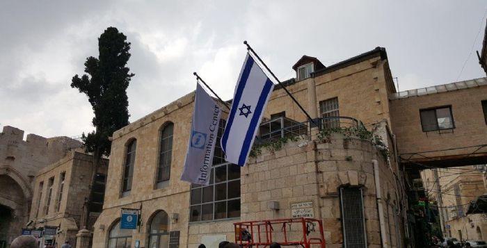 תורן אלכסוני באורך 3 מטר התקנה במרכז מידע לתייר שער יפו ירושלים