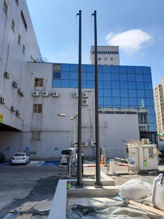 תורן פלדה קוני בגובה 6 מטר צבוע בראל 7022 התקנה בבניין ההסתדרות החדשה בחיפה