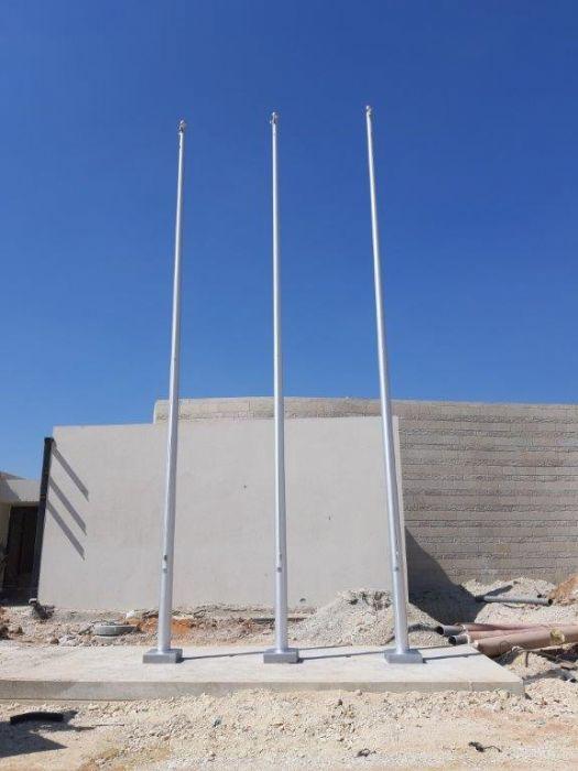 תורן אלומיניום קוני בגובה 8 מטר התקנה במחנה פלוגות כולל כיסוי בסיס דקורטיבי