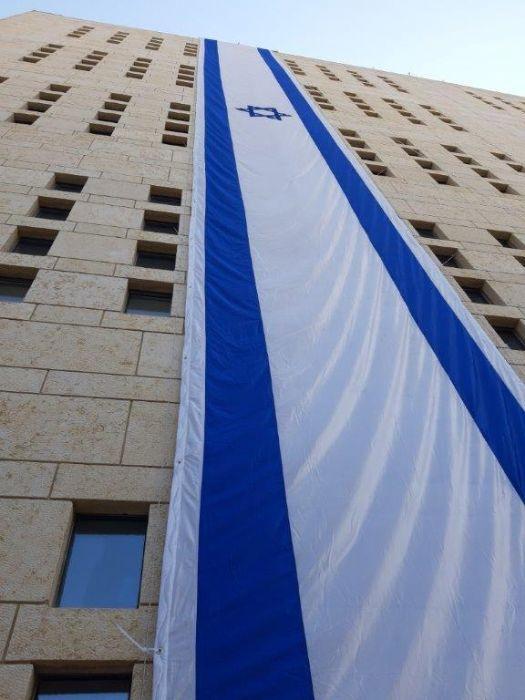 התקן לתליית דגל אנכי על קיר במשרד החוץ בירושלים , גודל דגל 2.4 על 19.5 מטר